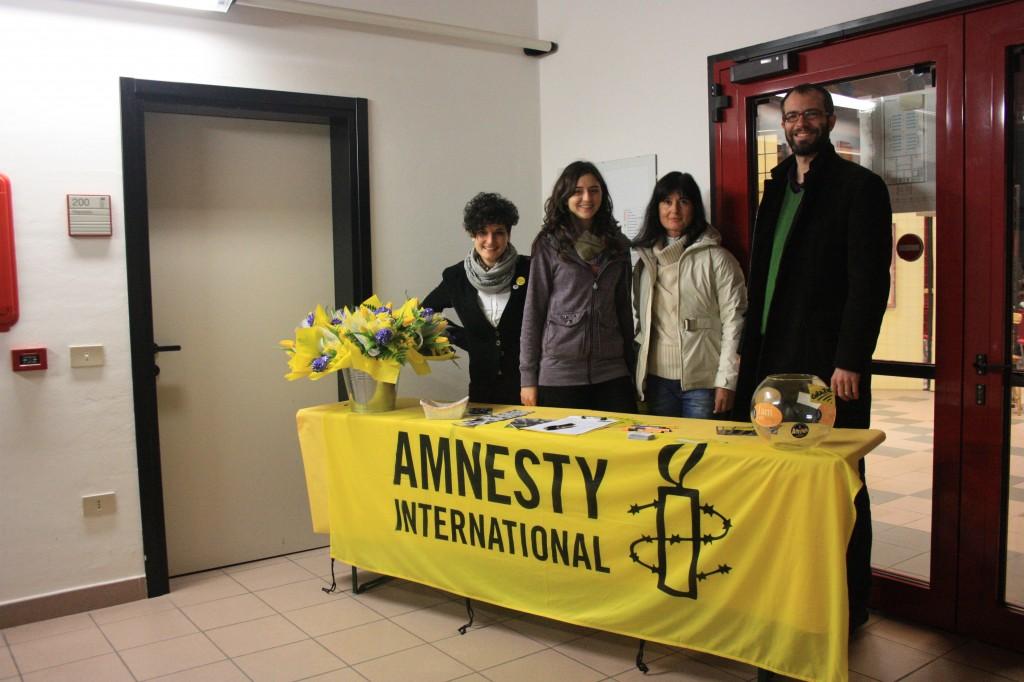Il banchetto all'uscita della sala, si ringraziano i partecipanti per le numerose firme!