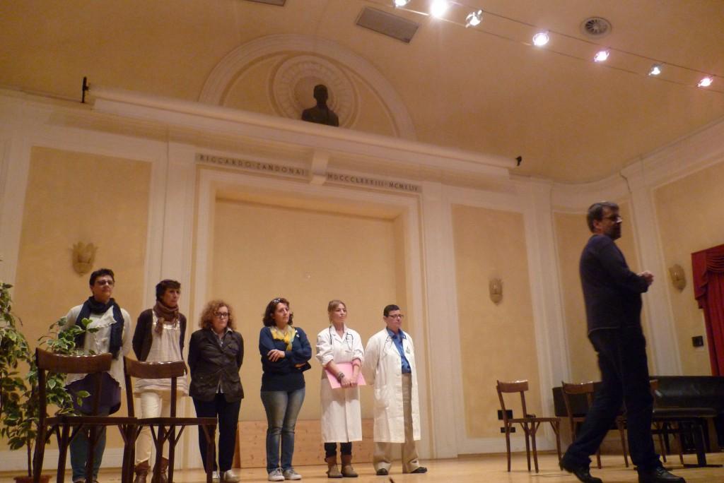 Gli attori si presentano al pubblico